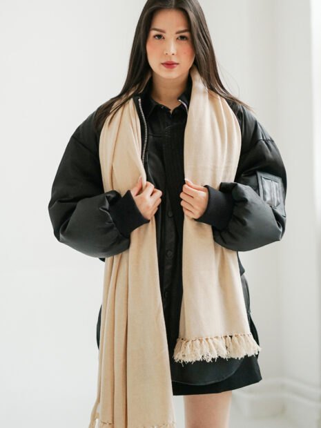 EMAAL | Milano large cashmere scarf in the color cream. With fringes on both ends of the scarf.