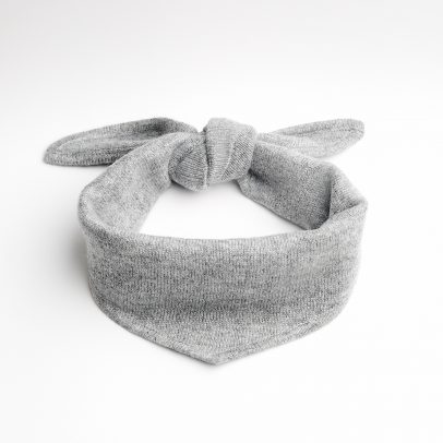 EMAAL | New York | Loosely knotted, trendy neck triangle made of cashmere in color husky.