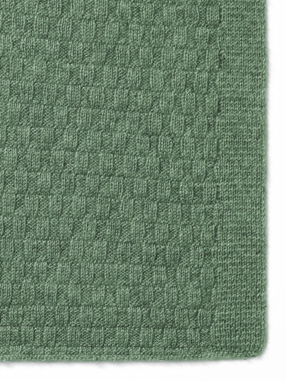 Detailansicht des Cashmere Schals SYLT von Emaal Cashmere zeigt das außergewöhnlichen Muster in der Farbe Olive, das das Spiel der Wellen des Meeres wieder spiegeln soll.