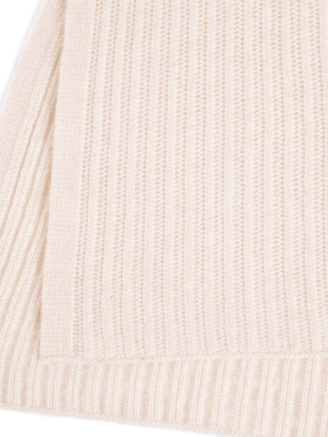 Nahaufnahme des Schals aus 100 % Kaschmir. Das Muster in von beiden Seiten des überlangen Schals unterschiedlich. So kommt das Strickmuster des Schals sehr gut zur Geltung.