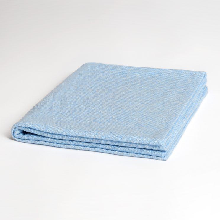 EMAAL | LONDON Klassischer gefalteter Cashmere Schal mit geradlinger Form in der Farbe Arcticblau.