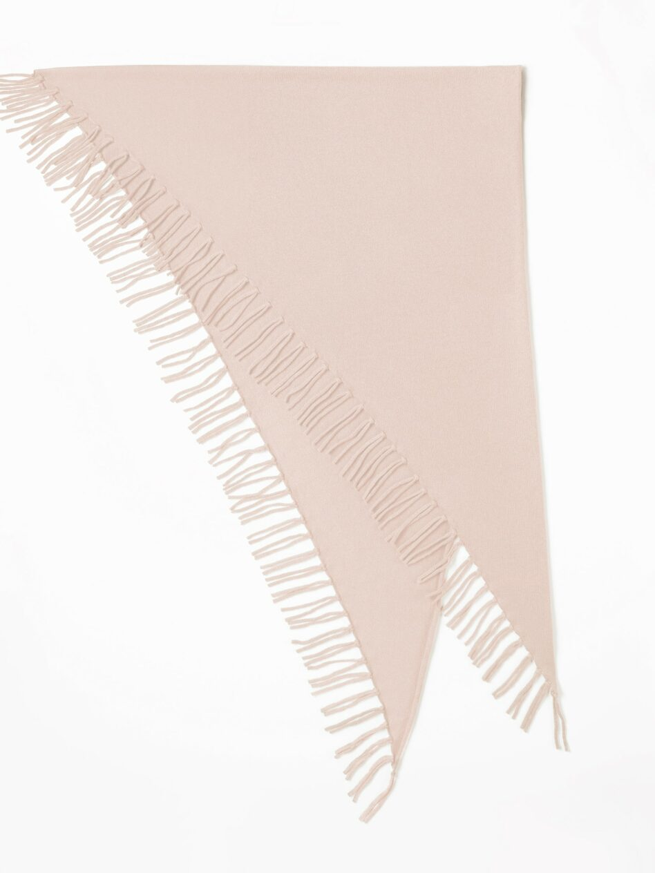 A folded, large cashmere triangle scarf with long fringes in the colour mallow on a white background.